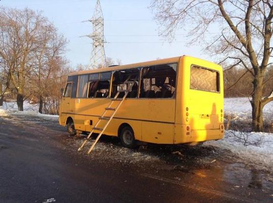 Chiếc xe buýt bị trúng tên lửa. Ảnh: Twitter
