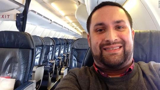 Chris OLeary khoe ảnh chụp trên chiếc máy bay vắng tanh. Ảnh: CNN