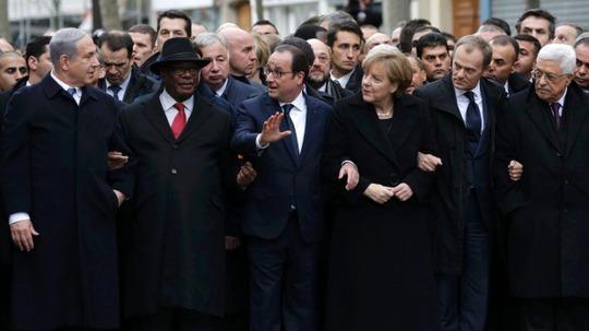 Trong bức ảnh gốc, nữ Thủ tướng Merkel đứng giữa Tổng thống Pháp Francois Hollande và Tổng thống Palestine Mahmoud Abbas. Ảnh: Reuters