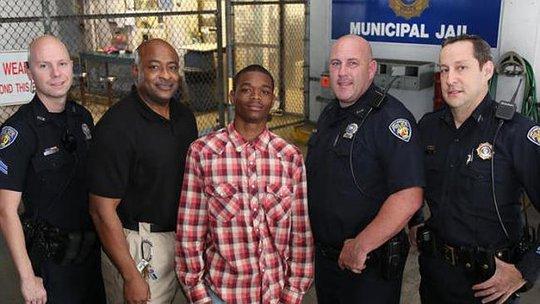 Jamal Rutledge (giữa) và nhân viên Sở cảnh sát TP Fort Lauderdale. Ảnh: Fort Lauderdale Police Department
