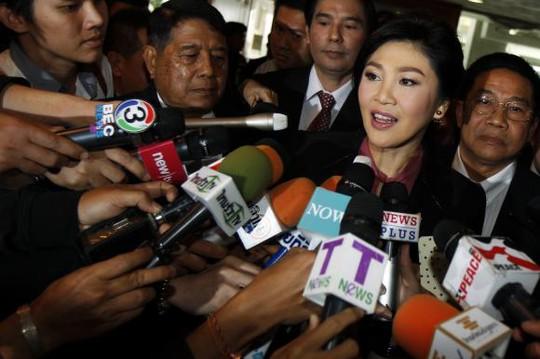 Bà Yingluck trả lời báo chí trước khi đến phiên điều trần ngày 9-1. Ảnh: Reuters