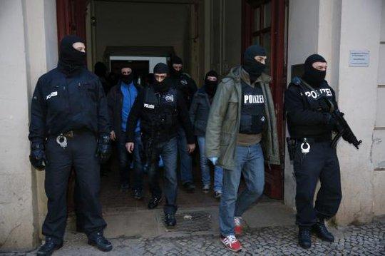 Cảnh sát Đức rời khỏi một căn hộ ở Berlin sua khi hoàn tất quá trình kiểm tra hôm 16-1. Ảnh: Reuters