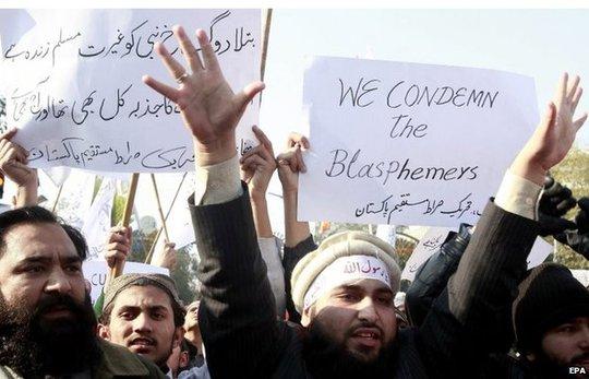 Người biểu tình ở Pakistan phản đối tuần báo Pháp hôm 16-1. Ảnh: EPA