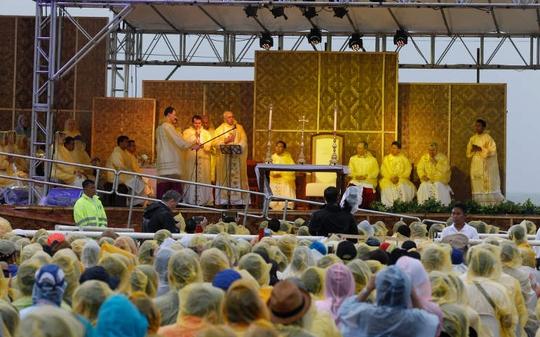 Giáo hoàng tổ chức Thánh lễ ở Tacloban hôm 17-1. Ảnh: CNS
