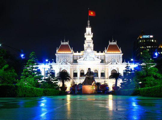 Ủy ban nhân dân TP Hồ Chí Minh về đêm. Ảnh: Wikipedia