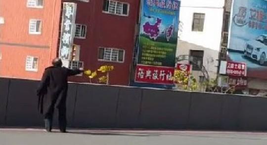Ông Chang Min Kun đang chĩa súng vào cảnh sát. Ảnh: Youtube