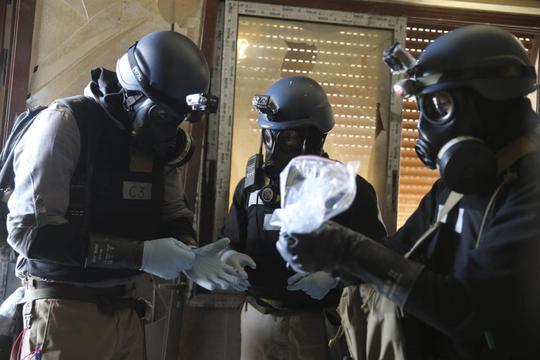 Chuyên gia Liên Hiệp Quốc xem xét một mẫu vũ khí hóa học thu được ở Damascus. Ảnh: Reuters