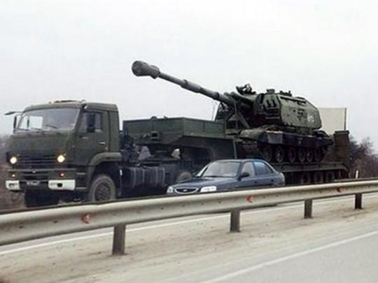 Một xe tăng Nga hướng về khu vực Donetsk, Đông Ukraine. Ảnh: Daily Mail