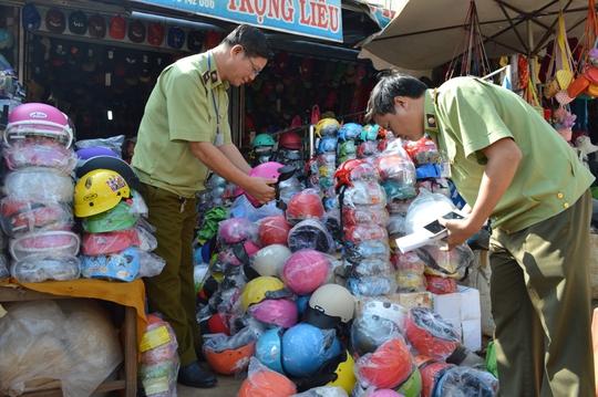 Đoàn kiểm tra liên ngành phát hiện Trọng Liễu đang bán tổng cộng hơn 500 mũ bảo hiểm dỏm.