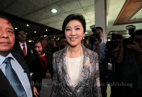 Bà Yingluck tới tòa nhà quốc hội sáng 22-1. Ảnh: Bangkok Post