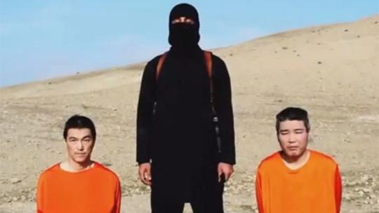 Hai công dân Nhật Bản Kenji Goto và Haruna Yukawa trong đoạn video. Ảnh: Youtube