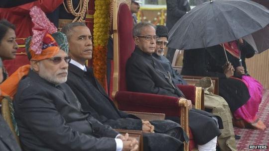 Tổng thống Obama ngồi cạnh Thủ tướng Modi quan sát trên lễ đài. Ảnh: Reuters