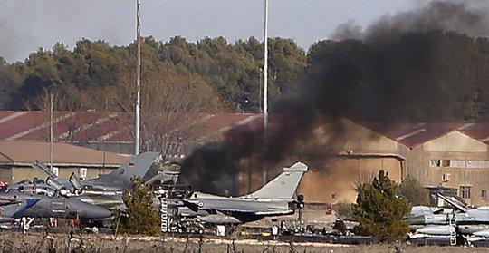Chiếc F-16 lao vào máy bay NATO đậu phía dưới hôm 26-1. Ảnh: AP