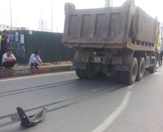 Đuôi xe máy bị rời ra khỏi xe và vết phanh xe ben cháy mặt đường
