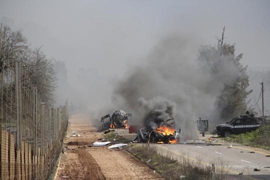 Hezbollah bắn tên lửa vào đoàn xe Israel. Ảnh: Reuters