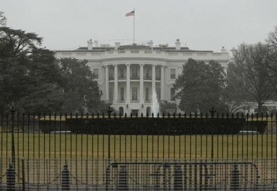 Hàng rào bảo vệ phía ngoài Nhà Trắng. Ảnh: Reuters