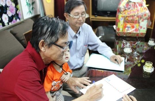 Ông Liêm (dượng bé) làm giấy tiếp nhận Đinh Gia Huy (bé Bo) về nuôi.