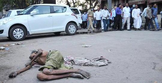... nhưng vô tâm bước qua người đàn ông nằm chờ chết bên ngoài bệnh viện. Ảnh: Daily Mail