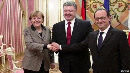 Thủ tướng Đức Angela Merkel (trái) và Tổng thống Pháp Francois Hollande (phải) gặp Tổng thống Ukraine Petro Poroshenko (giữa) hôm 5-2 tại Kiev. Ảnh: Reuters