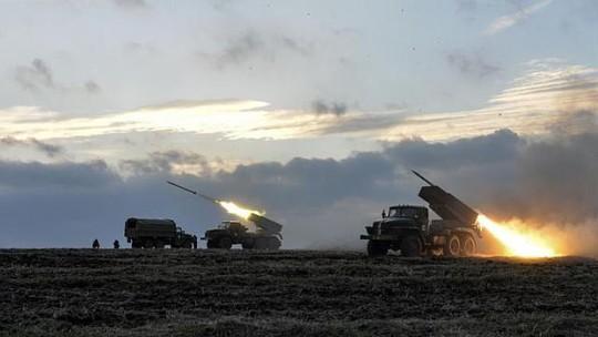 Quân đội Kiev bắn tên lửa Grad về phía phe ly khai bên ngoài thị trấn Debaltseve hôm 8-2. Ảnh: Reuters
