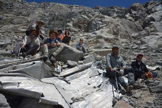 Nhóm leo núi của Lower Lopez bên thân chiếc máy bay mất tích cách đây 53 năm. Ảnh:AP