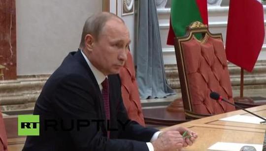 Ông Putin bẻ gãy bút chì trong cuộc họp. Ảnh: RT