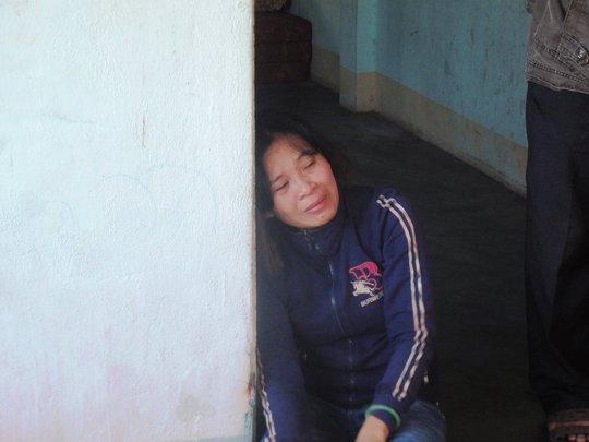 Chị Trịnh Thị Trang (mẹ Đức) tựa cửa khóc ngất trước sự ra đi của đứa con duy nhất