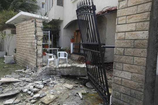Cổng tư dinh đại sứ Iran tại Libya bị phá hủy một phần. Ảnh: Reuters