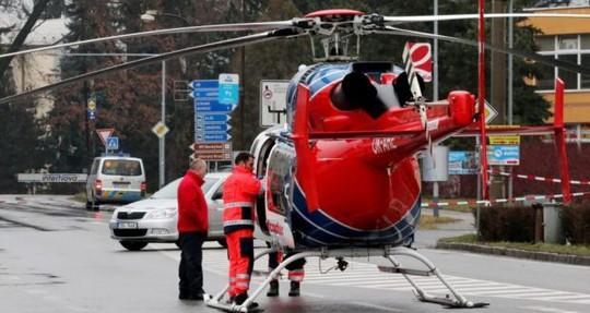 Trực thăng được huy động để đưa các nạn nhân tới bệnh viện. Ảnh: EPA
