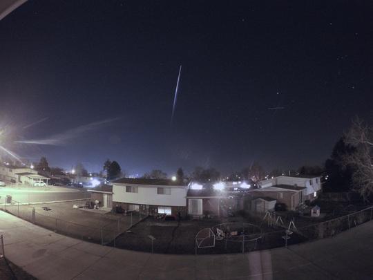 Vệt sáng được cho là tên lửa Trung Quốc tan rã trên bầu trời bang Utah đêm 23-2. Ảnh: KSL.com