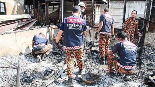 Nhân viên cứu hỏa có mặt tại ngôi nhà nơi ông Ten Yoon thiệt mạng. Ảnh: The Star