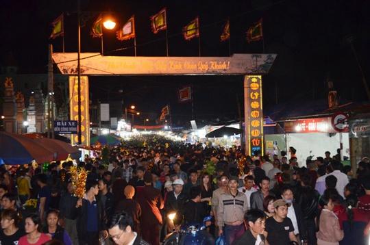 Từ đầu tối, phiên chợ Viềng đã chật kín người đi lại