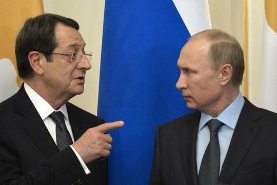 Tổng thống Nga Vladimir Putin (phải) và người đồng cấp Cộng hòa Cyprus Nicos Anastasiades (trái) ký thỏa thuận quân sự hôm 25-2. Ảnh: Reuters