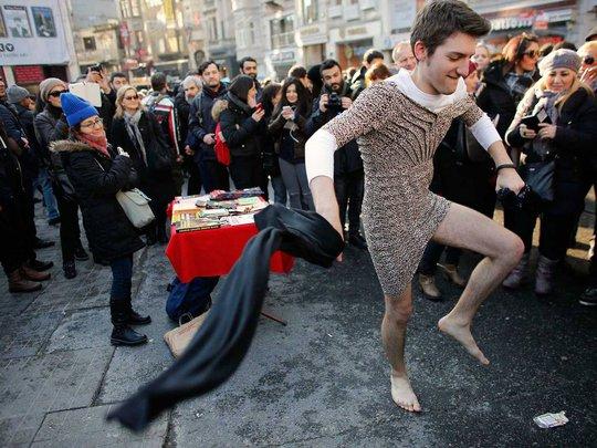 Đàn ông ở TP ở TP Istanbul mặc váy xuống đường hôm 21-2. Ảnh: Independent