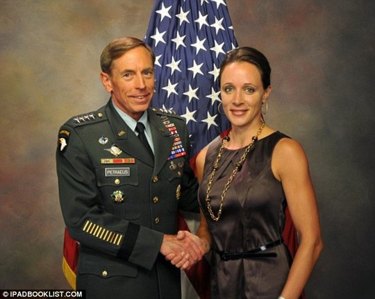 Tướng David Petraeus (trái) và người tình Paula Broadwell. Ảnh: Ipadbooklist.com