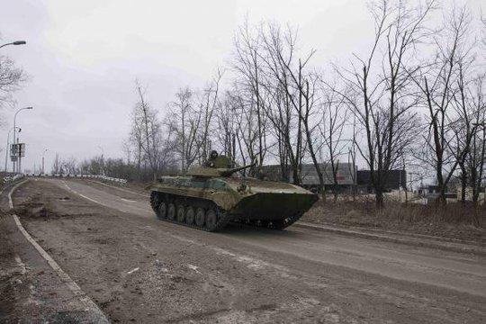 Xe tăng của phe ly khai di chuyển gần sân bay Donetsk hôm 4-3. Ảnh: Reuters