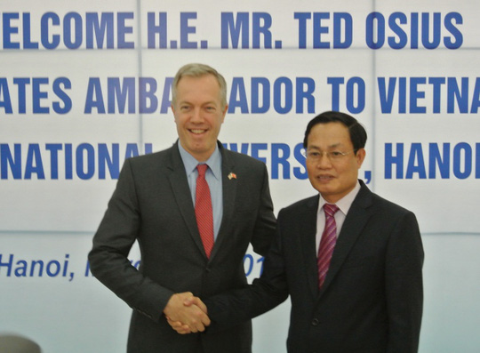 Phó Giám đốc Đại học Quốc gia Hà Nội Nguyễn Hữu Đức chào mừng Đại sứ Ted Osius