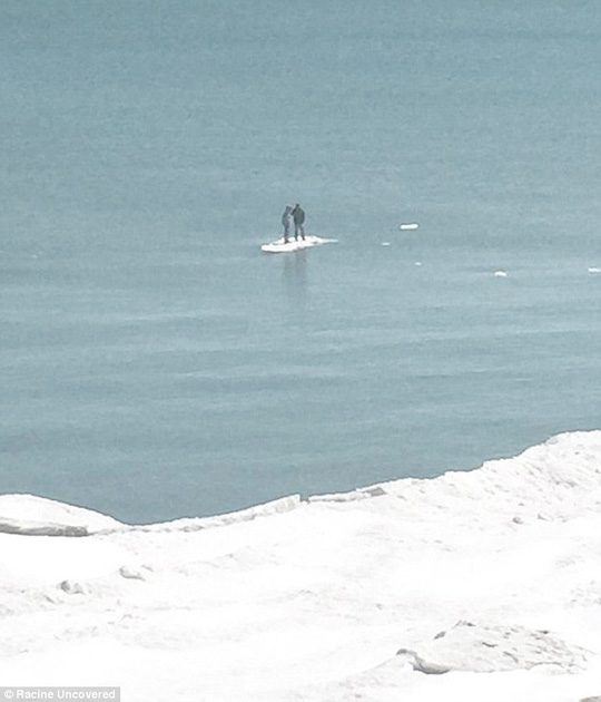 Hai nam thanh thiếu niên người Mỹ bị mắc kẹt trên một tảng băng trôi ở hồ Michigan. Ảnh: Daily Mail