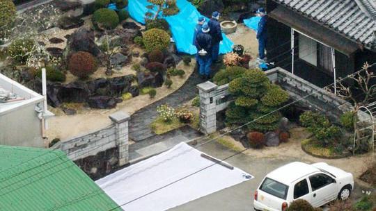 Cảnh sát kiểm tra ngôi nhà nơi các nạn nhân bị đâm chết sáng 9-3. Ảnh: AP