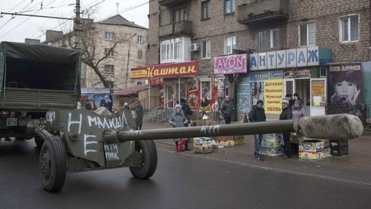 Quân đội Kiev di chuyển trên đường phố Mariupol. Ảnh: AP