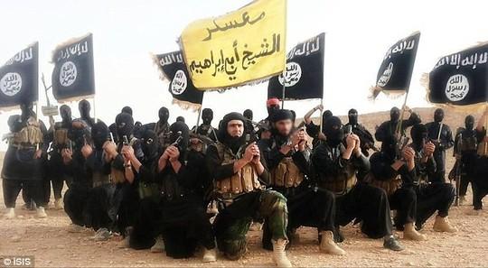 Các tay súng IS chuẩn bị xử bắn 2 thành viên làm gián điệp cho chính phủ Syria. Ảnh: Daily Mail