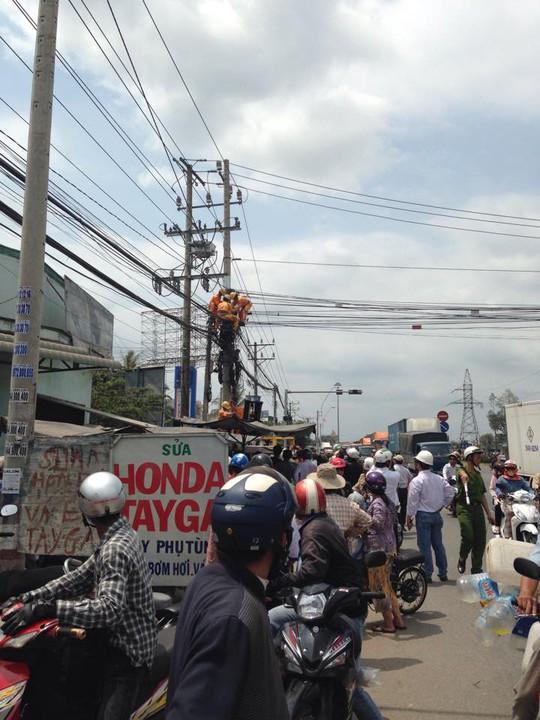 Hàng trăm người đứng xem giải cứu thợ điện bị điện giật