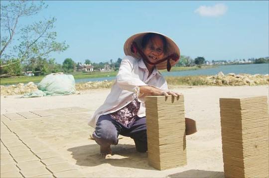 Mệ Phan Thị Quên gõ lại cho đều cạnh ngói