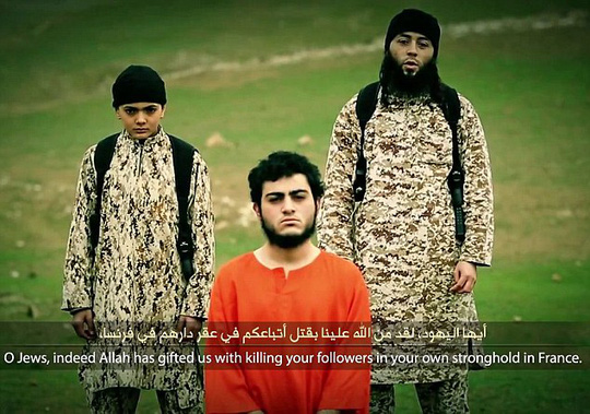 Cậu bé khoảng 12 tuổi và một người đàn ông trong đoạn video xử tử gián điệp Israel Muhammad Musallam. Ảnh: Daily Mail