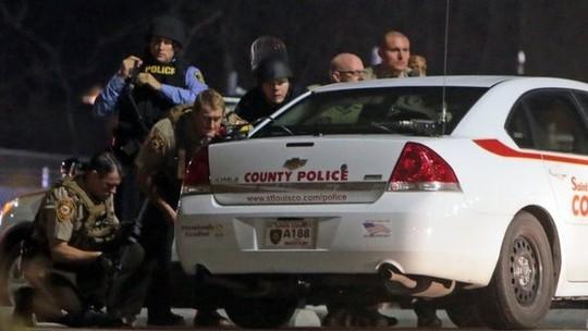 Cảnh sát Ferguson đụng độ người biểu tình đêm 11-3. Ảnh: BBC