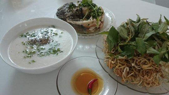 Món cháo cá nước cốt dừa không thể thiếu bắp chuối bào