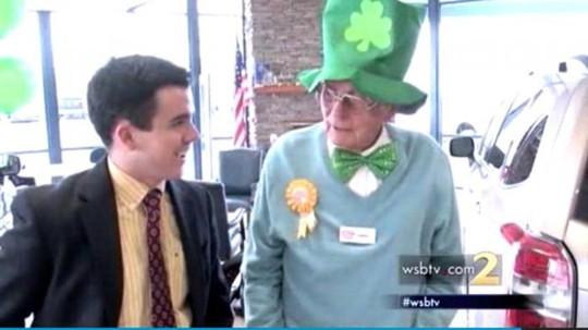 Ông Derrell Alexander (phải) vẫn đi làm 6 ngày/tuần dù đã bước sang tuổi 100. Ảnh: WSB TV