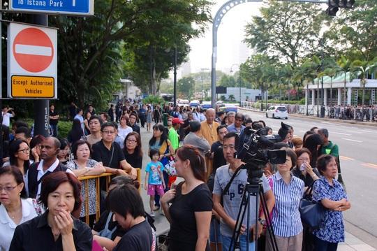 """Hàng ngàn người dân Singapore đồng loạt hô vang """"Lý Quang Diệu"""" khi nhìn thấy linh cữu của ông phủ quốc kỳ Singapore đi qua. Ảnh: CNA"""
