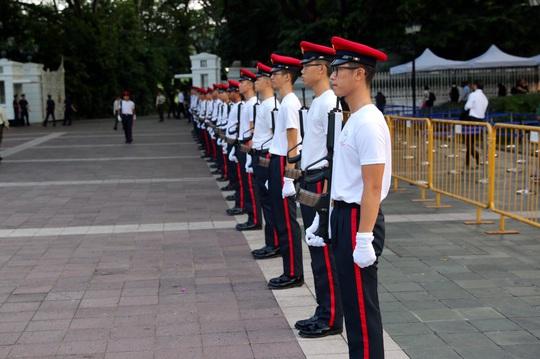 Đội nghi lễ đứng bên ngoài cung điện Istana chuẩn bị. Ảnh: CNA
