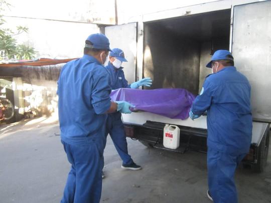 Thi thể được chuyển về nhà xác